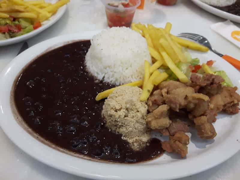 Prato Feito: arroz, feijao, frango passarinho, farofa e batatas fritas