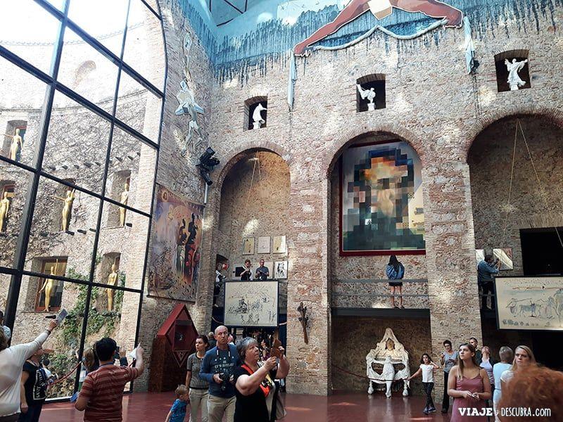 Girona-y-Figueres-en-el-dia,-barcelona,-Figueres,-Teatro-Museo-Dali,-Lincoln