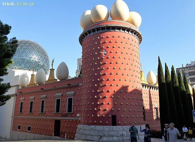 Girona-y-Figueres-en-el-dia,-barcelona,-Figueres,-Teatro-Museo-Dali,-fachada