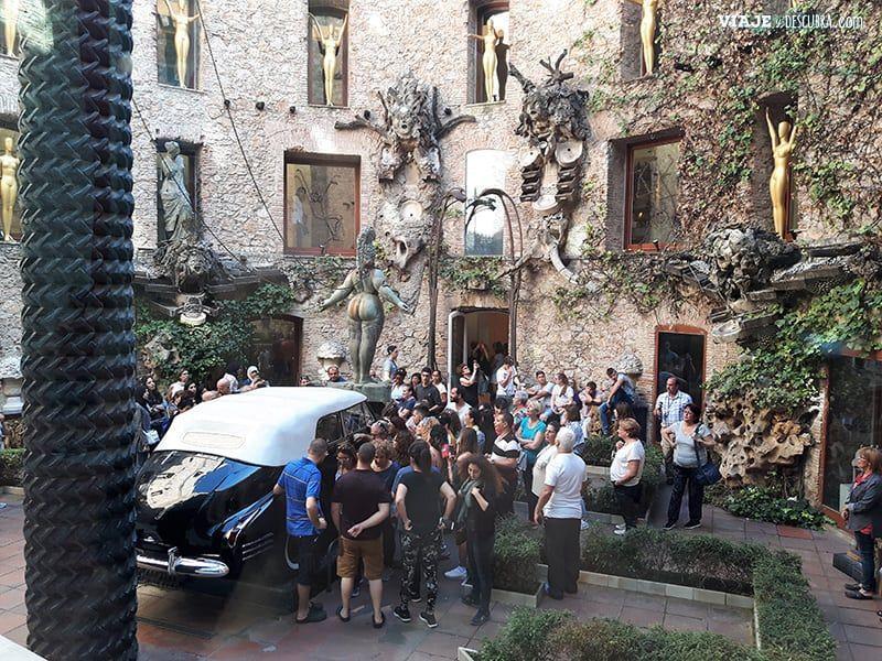Girona-y-Figueres-en-el-dia,-barcelona,-Figueres,-Teatro-Museo-Dali,-patio-cadillac
