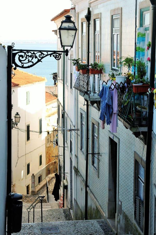 Lisboa, Portugal, imperdibles, Alfama, calle, ropa colgada