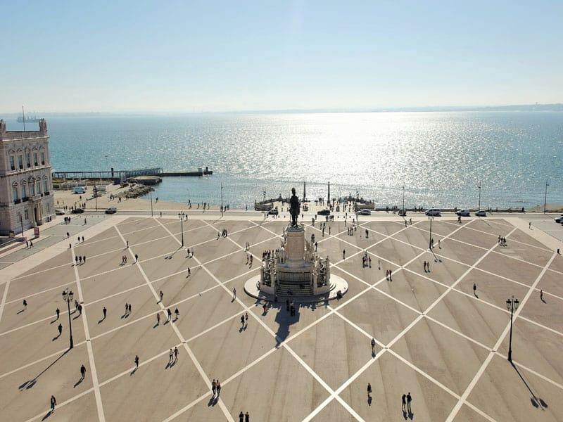 Barrios de Lisboa en Portugal: La Baixa desde el Arco, con el Tajo de testigo