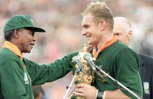 Mandela entregando la Copa del Mundo.