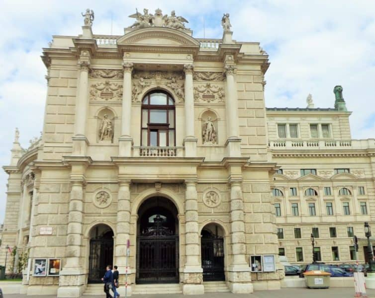 Viena, Burgtheater, Viena, Austria, imperdibles, imperdibles Viena, que ver en Viena, 3 días en Viena, visit Viena, Europa, mochileros en Europa, mujer viajando sola