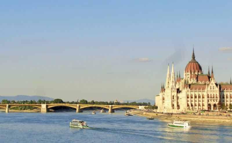 Budapest, Buda, Puente de las Cadenas, Chain Bridge, imperdibles Budapest, que ver en Budapest, tres días en Budapest, Europa, mochileros, mochileros por Europa, Parlamento