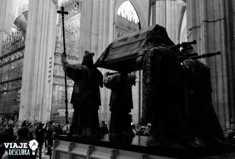 el monumento de Cristobal Colón, dentro de La Catedral.