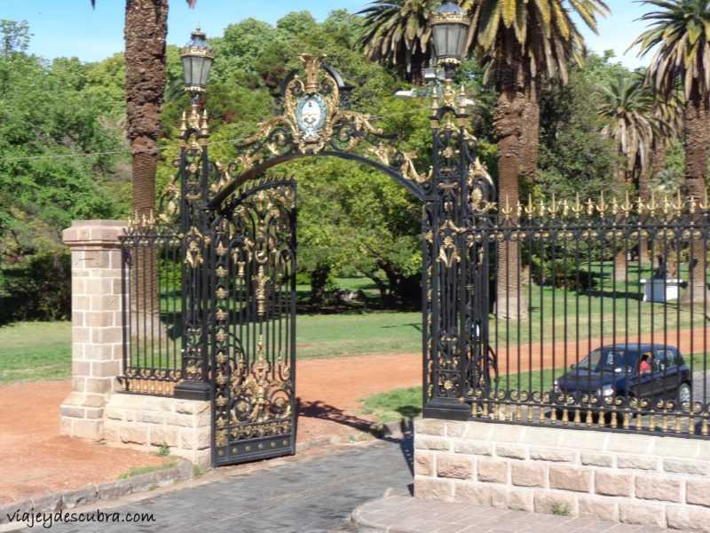 Portones de entrada al Parque Gral. San Martín - Foto: Flor Zaccagnino