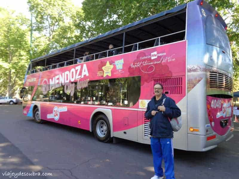 Mi papá posando con el bus - Foto: Flor Zaccagnino