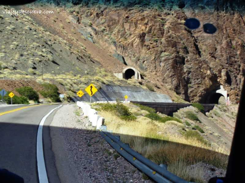 Puente del Inca. Tuneles. Montaña. Cordillera de los Andes. Mendoza. Argentina.