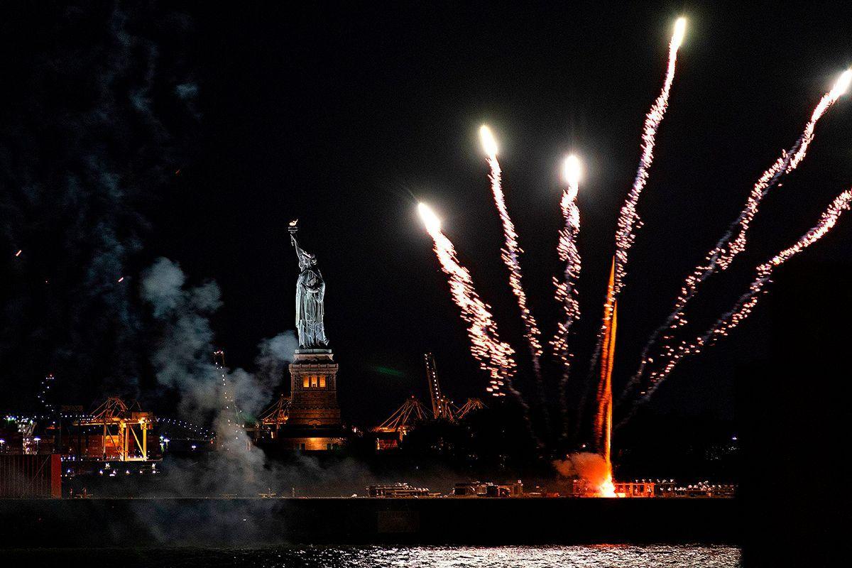 fuegos artificiales en Nueva York en los festejo por el levantamiento de medidas