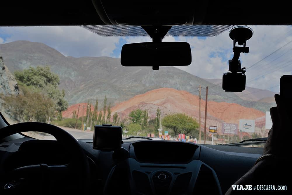 Vista desde el auto al Cerro Siete Colores