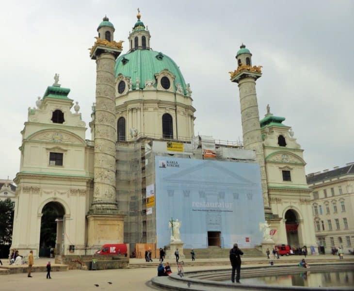 Viena, Karlskirsche, Iglesia de San Carlos, Austria, imperdibles, imperdibles Viena, que ver en Viena, 3 días en Viena, visit Viena, Europa, mochileros en Europa, mujer viajando sola
